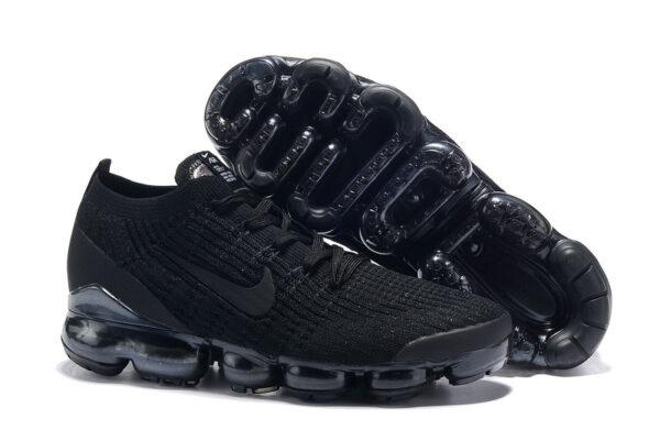 Весенние черные кроссовки
